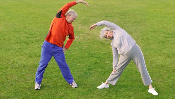 Exercițiu de stretching pentru persoane în vârstă, Foto: geek.com