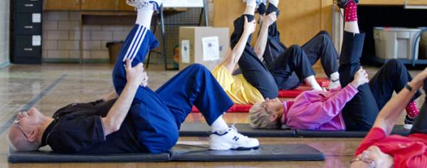 Exercițiu simplu de flexibilitate pentru persoane în vârstă, Foto: uwo.ca