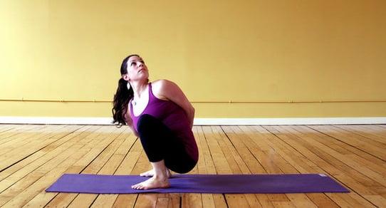 Exercițiu pentru ameliorarea crampelor abdominale, Foto: popsugar.com