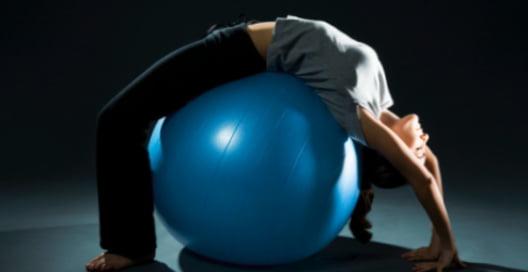 Exercițiu cu mingea de fitball, Foto: opozvonochnike.ru