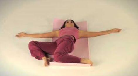 Exercițiu pentru calmarea durerilor menstruale, Foto: youtube.com