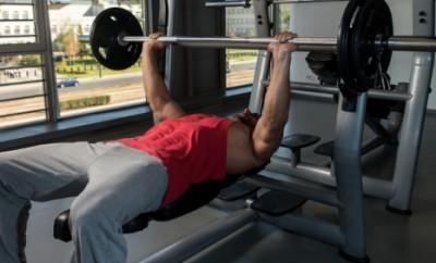 Exercițiu cu haltere, din poziția culcat pe spate pentru dezvoltarea mușchilor pectorali, Foto: fitnes.si