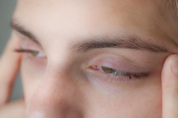 Exercițiu pentru pleoape: întinzi pielea în părțile exterioare ale ochilor, Foto: ehow.com