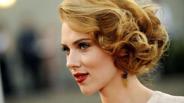 Coafură elegantă la actrița Scarlett Johansson, Foto: modelecoiffure2014.com