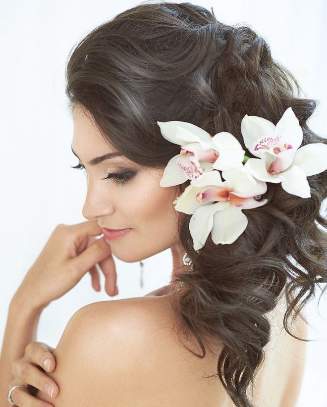 Coafură deosebită cu flori în păr pentru mireasă, Foto: sendeyap.net