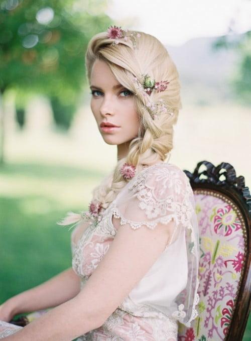 Coafură deosebită cu flori în păr, Foto: designmag.fr