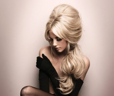 Coafură retro pentru păr lung, tapat și blond, Foto: bridalbyvee.com