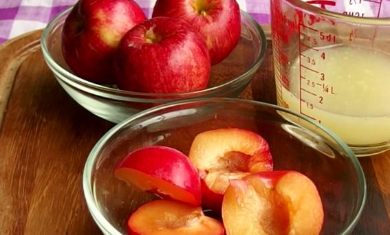 Suc natural din prune, mere și grapefruit