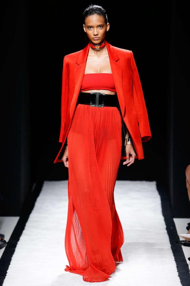 Ținută elegantă în roșu, sacou și pantaloni, Foto: trends-shaker.com
