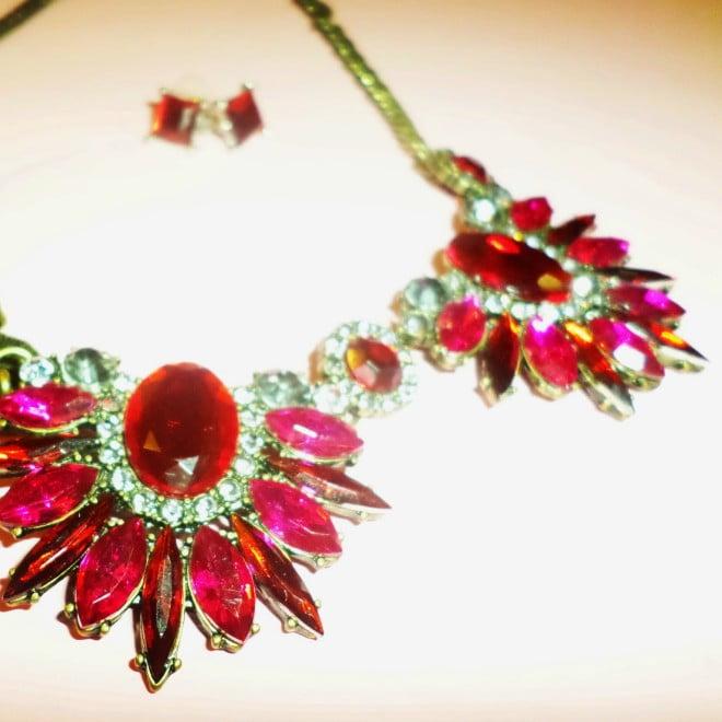 Bijuterii cu pietre roșii, Foto: shiny-sequins.blogspot.ro