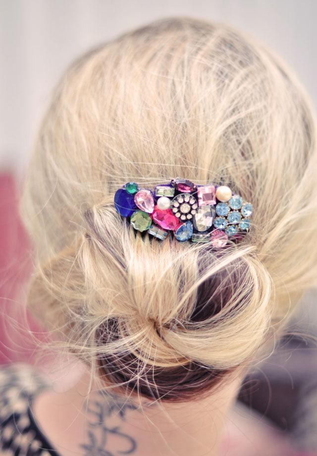 Coafură elegantă cu accesoriu în păr, Foto: everythingetsy.com