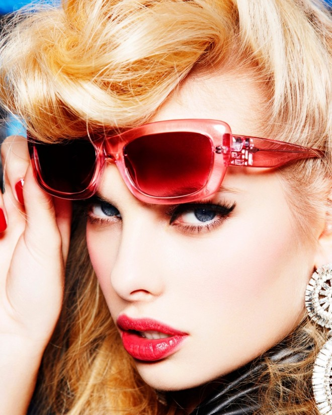Ochelari roșii în tendințele modei, Foto: fashionisingpictures.net