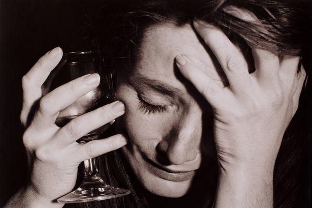 Femeile beau alcool în exces din cauza stresului, depresiei, problemelor, Foto: dailyrecord.co.uk