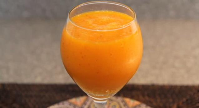 Suc natural din caise, piersici, morcovi și lămâie
