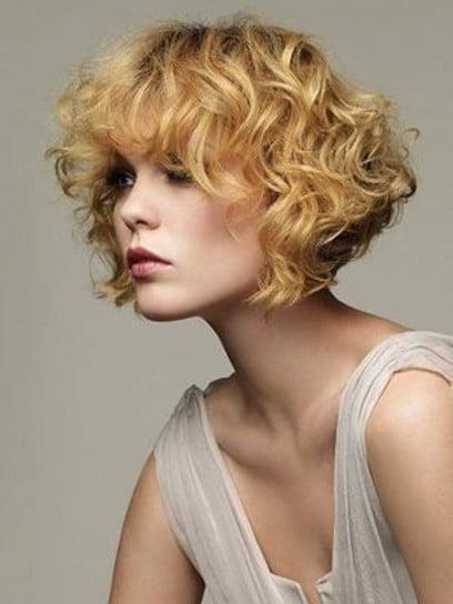 Coafură simplă pentru păr mediu cu bucle, Foto: stylosophy.it
