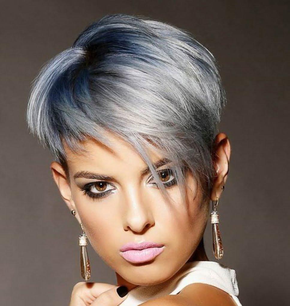 Coafură pentru păr scurt, în nuanțe de albastru-argintiu.
