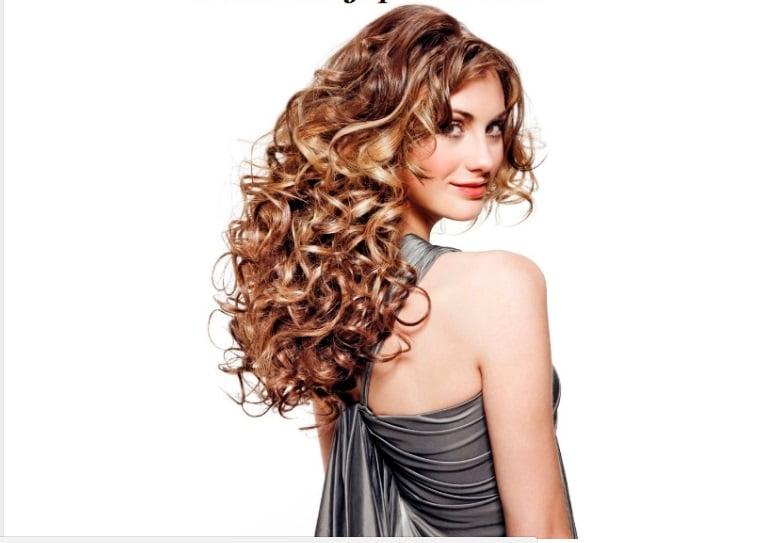 Coafură cu bucle voluminoase pentru femei cu păr lung.