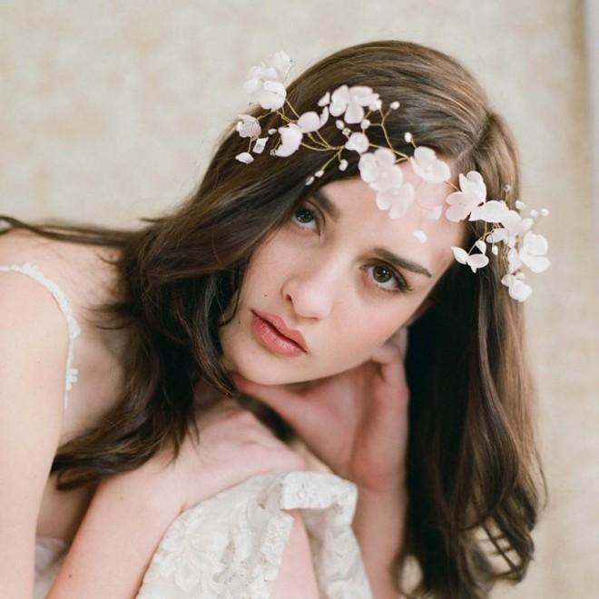 Accesoriu cu flori pentru păr, Foto: dhgate.com