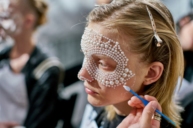 Aplicare perlelor pentru a crea efectul de voal sau mască pe față, Foto: spydernews.com