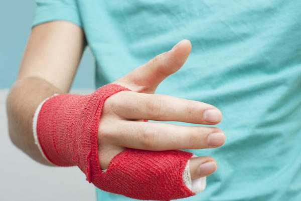 Bandaj aplicat la deget pentru imobilizarea acestuia și prevenirea edemului, Foto: healthtap.com