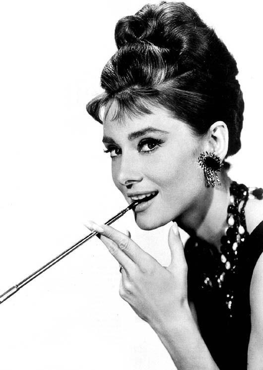 """Cea mai populară coafură a actriței Audrey Hepburn, în filmul ,,Mic dejun la Tiffany"""", Foto: timhemlin.com"""