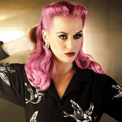 Coafură în stil Victory Rolls la Katy Perry, Foto: trendygirlnyc.blogspot.com