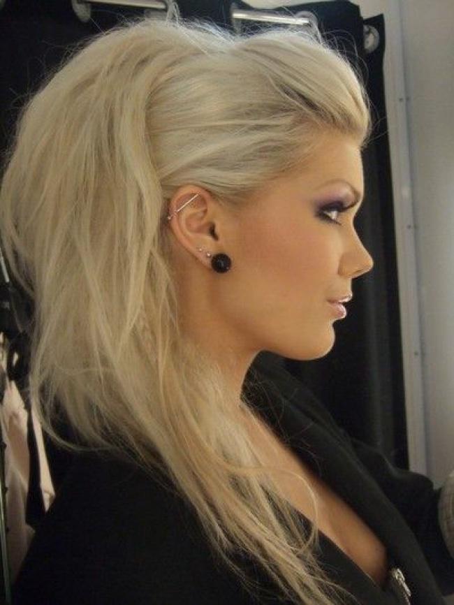 Coafură în stil rock'n'roll pentru păr lung și blond, Foto: practicedatesla.com