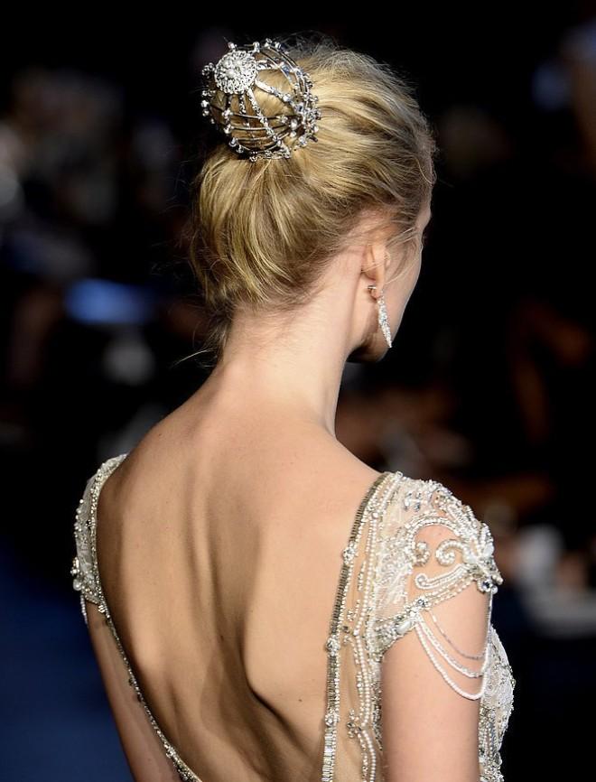 Coafură cu accesoriu în păr, Foto: yoka.com