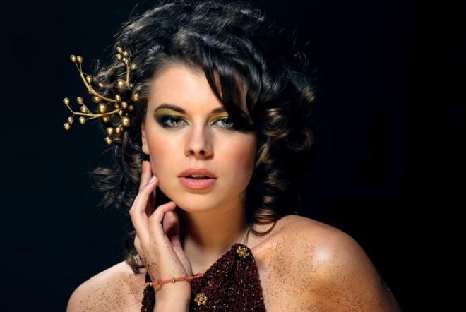 Coafură cu accesoriu în păr, Foto: dimassage.ru