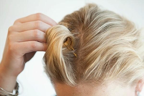 Coafură cu bucle fixate cu agrafe de păr, Foto: fanrto.com