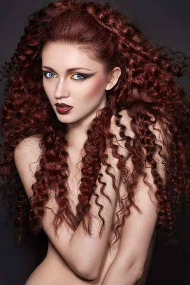 Coafură cu bucle zigzag în tonuri de roșcat, Foto: fashionbank.ru