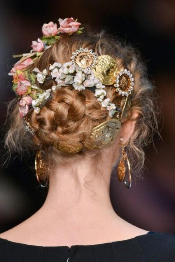 Coafură cu flori și alte decorațiuni în păr, elegantă și mereu la modă, Foto: thebestfashionblog.com