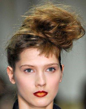 Coafură cu părul prins în coc neglijent, Foto: journaldesfemmes.com