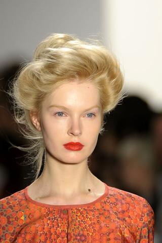 Coafură cu părul prins elegant în coc, Foto: direct-hairstyles.com
