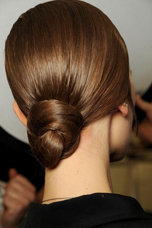 Coafură cu părul prins la spate în coc la Yves Saint Laurent, Foto: startimes.com