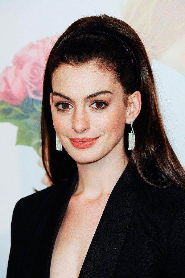 Coafură la Anne Hathaway, Foto: cafecomglitter.com