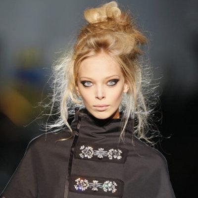 Coafură pentru păr fin prins în coc, Foto: direct-hairstyles.com