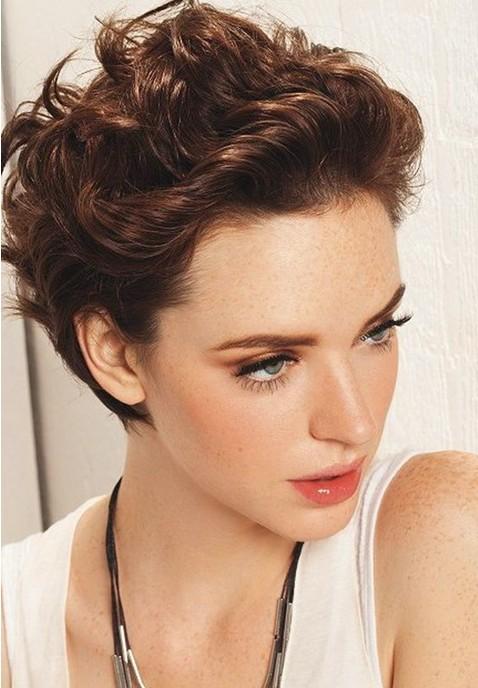 Coafură pentru păr scurt ondulat, Foto: thewowfashion.com