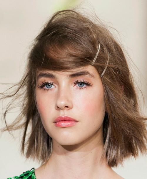 Coafură trendy cu clame în păr, Foto: hairstyles-galaxy.com