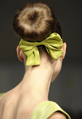Coafură în spectacolul de modă Oscar de la Renta, Foto: hubavakosa.blogspot.com