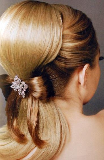 Coafură babette cu accesoriu în păr, Foto: salon-akadem.info