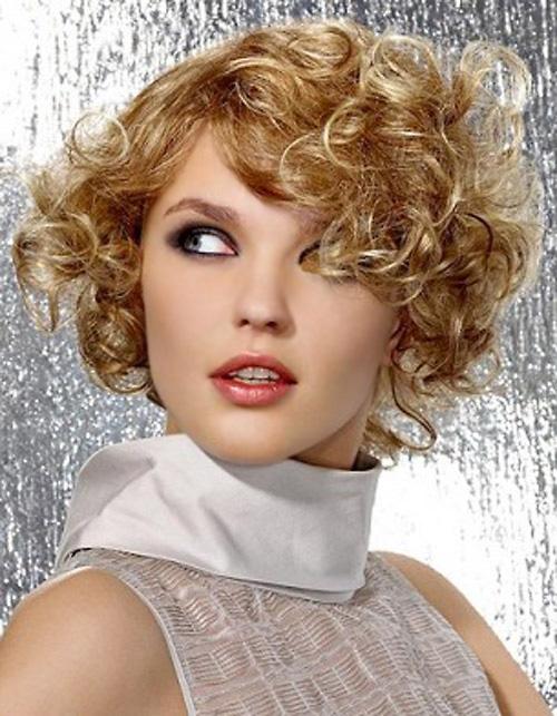 Coafură bob scurt pentru păr cu bucle, Foto: short-haircut.com