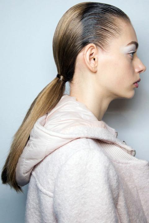 Coafură cu aspect umed cu părul prins în coadă de cal, Foto: patalessi-salon1580.blogspot.com