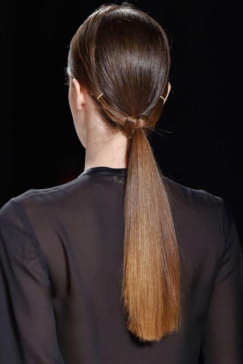 Coafură cu aspect umed cu părul prins la spate, Foto: patalessi-salon1580.blogspot.com