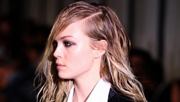 Coafură cu aspect umed, Foto: beautila.com
