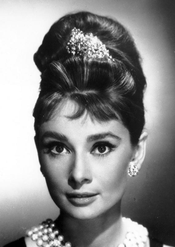 Audrey Hepburn, coafură cu broșă în păr, Foto: dekorationimages.tk