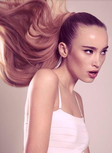 Coafură cu părul prins în coadă la spate, Foto: sofeminine.co.uk