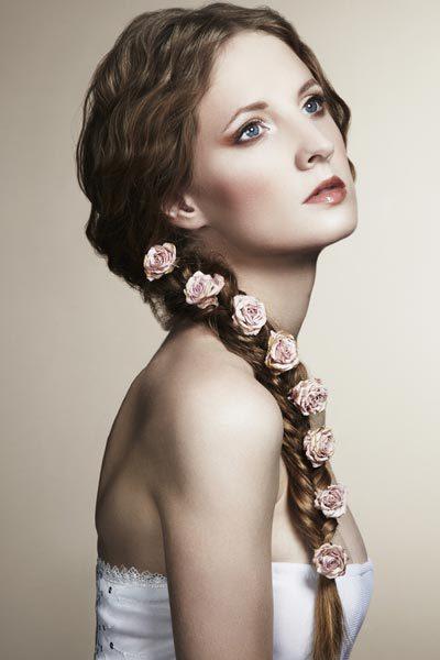 Coafură cu trandafirași prinși în codița împletită, Foto: therighthairstyles.com