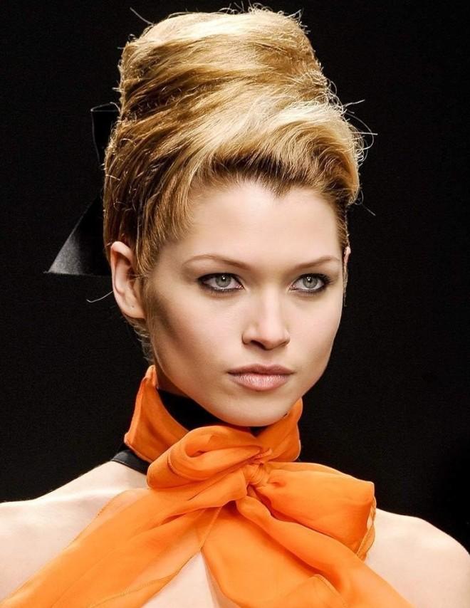 Coafură de ocazie cu părul prins în coc, Foto: lamasatonline.net