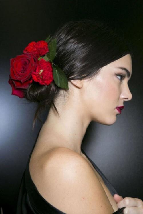 Coafură elegantă cu flori în păr, Foto: weddingomania.com